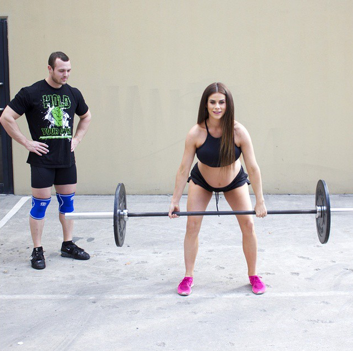 This Female Weightlifter Is Pregnant With Twins And Still Has A Better Body Than Us (Photos)